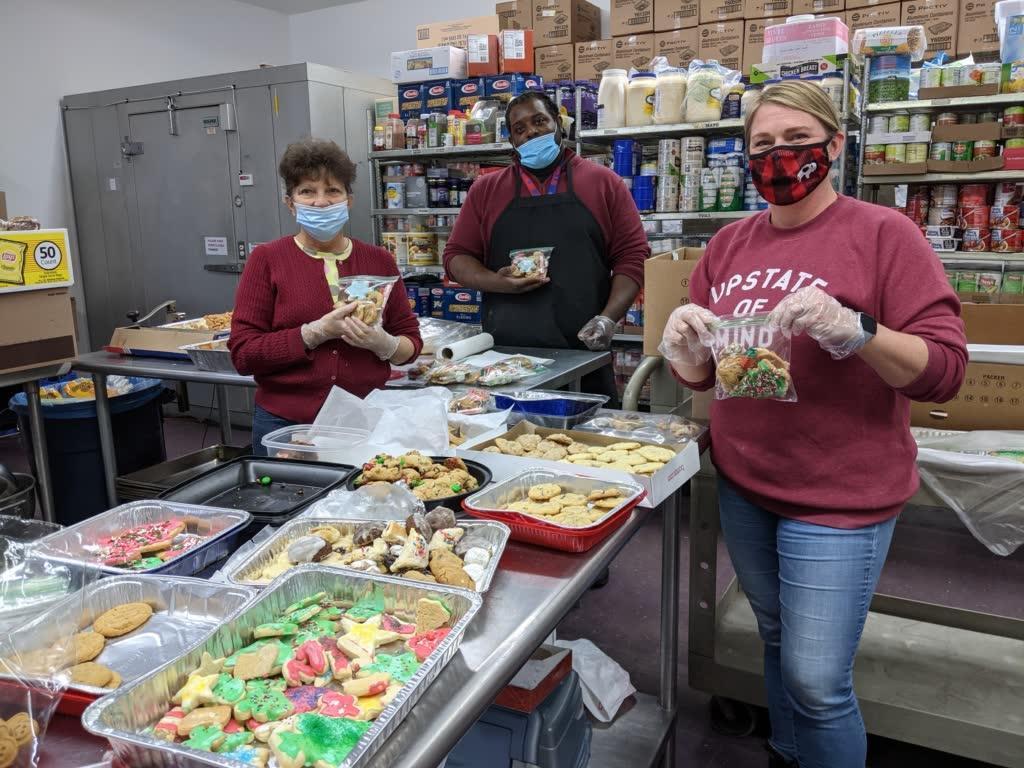 volunteers bag up xmas cookies